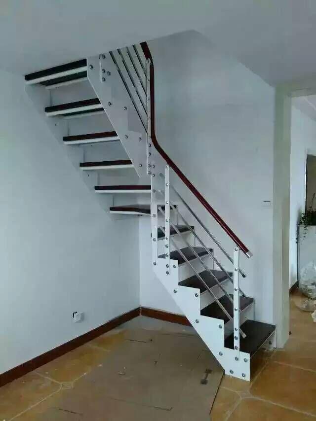 在钢木楼梯生产厂家设计的踏步板上,舒适的宽度应为300毫米。踏板的高度不宜大于170毫米,较舒适的高度为150毫米。钢木楼梯生产厂家设计的净宽当一边临空时不应小于750毫米,当两侧有墙时不应小于900毫米。栏杆的高度应保持在1米,栏杆之间的距离不应大于110毫米,如果家里有小孩,这个细节更应引起注意。钢木楼梯是连接家里一层到两层之间的桥梁,因此,现代人越来越看重钢木楼梯的装饰。 本文来源:钢木楼梯生产厂家
